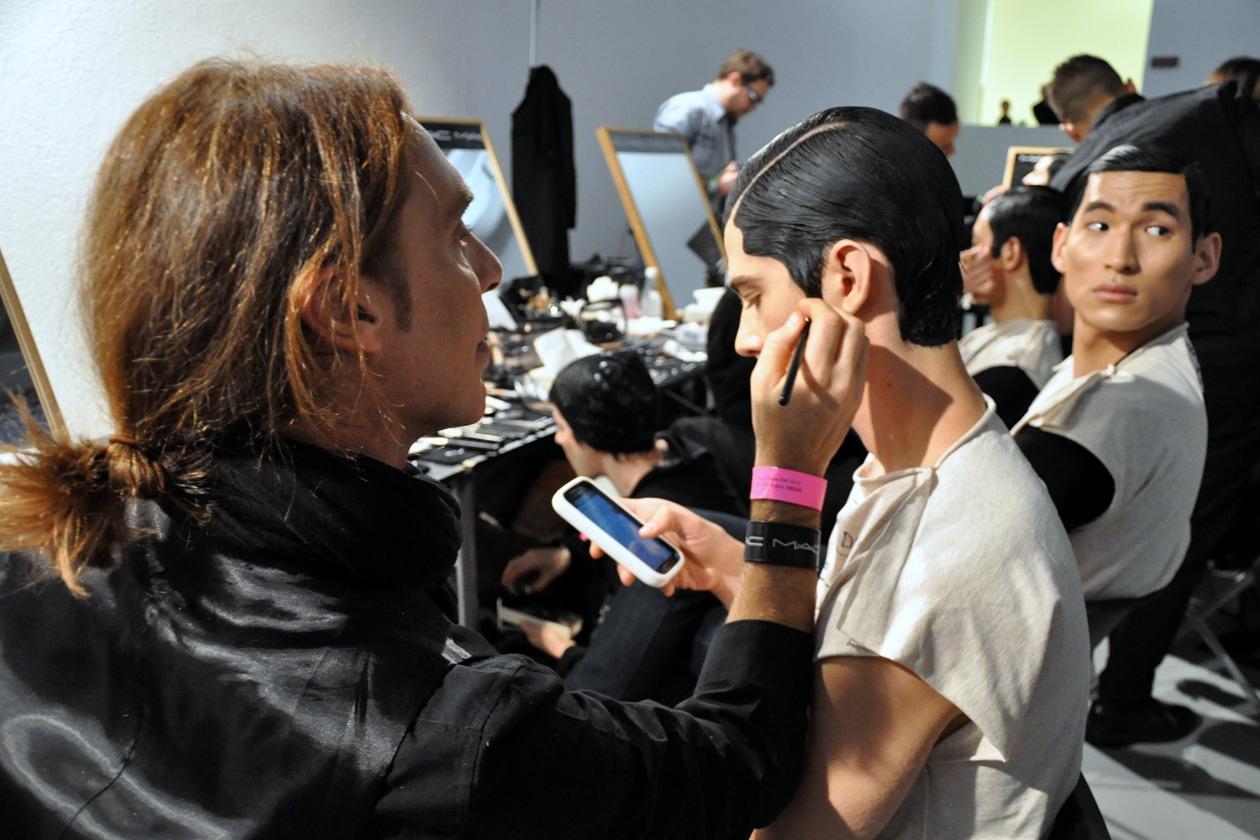 Step fondamentale per il trucco: la bordatura nera – realizzata con il Fluidline Blacktrack – per rifinire il lavoro degli hair stylist