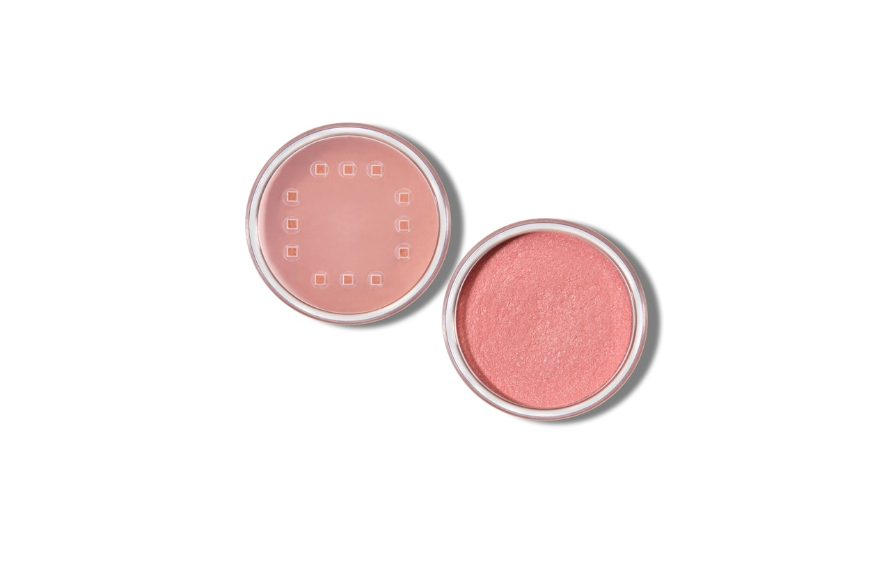 Sulle gote stendete il Crushed Mineral Blush in Pink di Youngblood