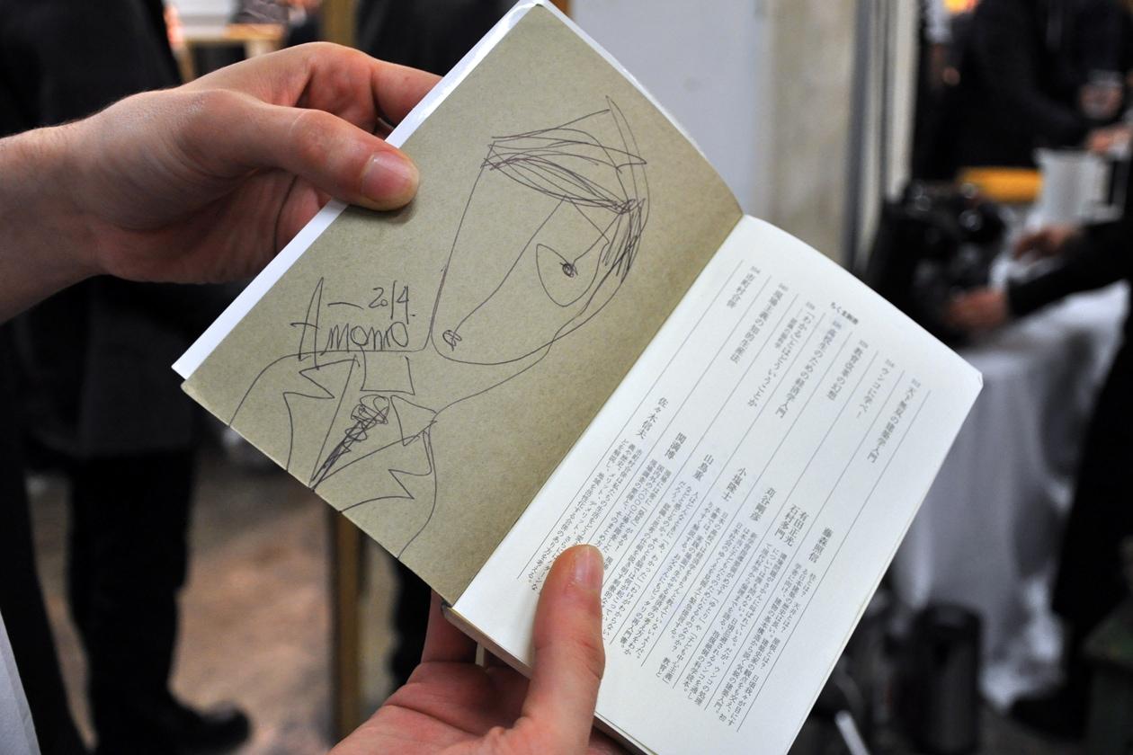 Una disegno originale di Marras sul libro di un modello