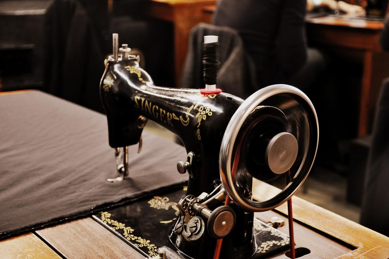 Una macchina da cucire molto vintage