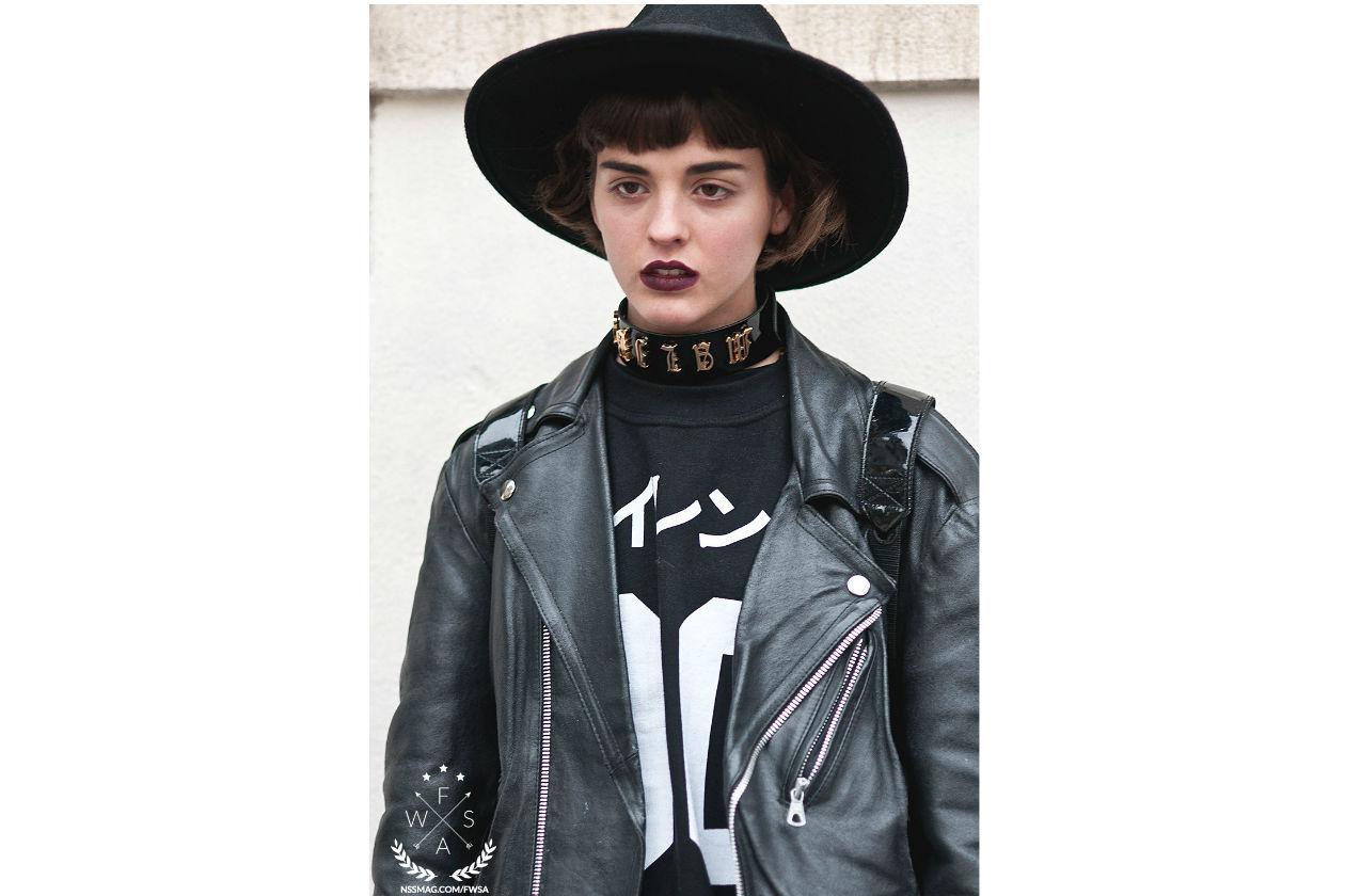 Dark lips per Sita Abelan perfettamente in tema con l'outfit