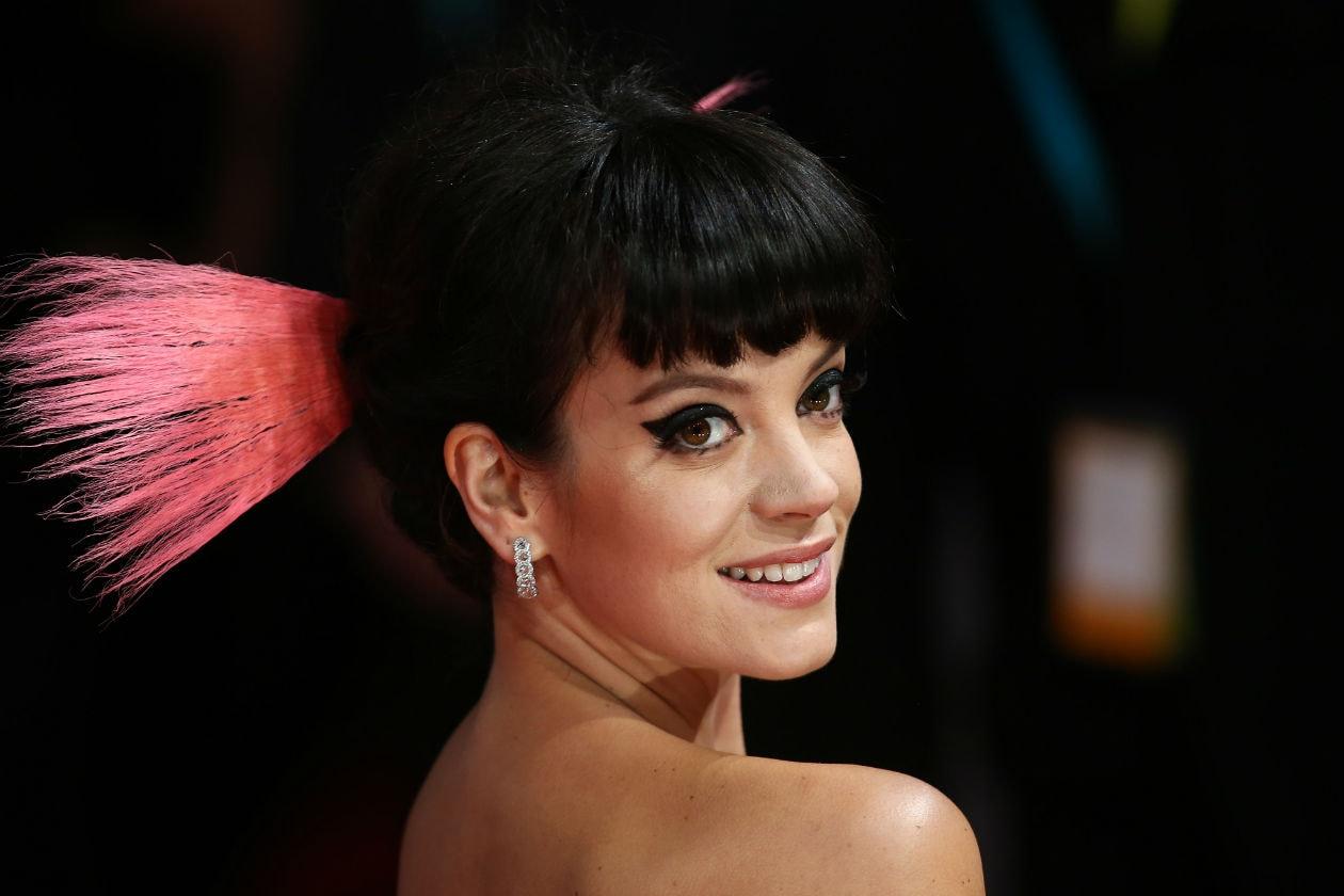EYELINER MANIA: il beauty look di Lily Allen è arricchito da punti di eyeliner sotto la rima inferiore dell'occhio