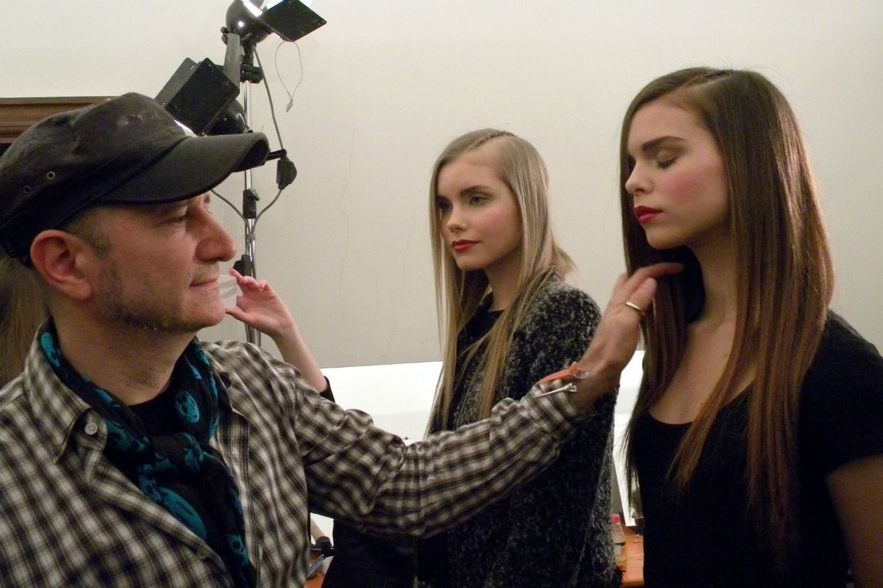 Franco Curletto controlla l'hair styling delle modelle