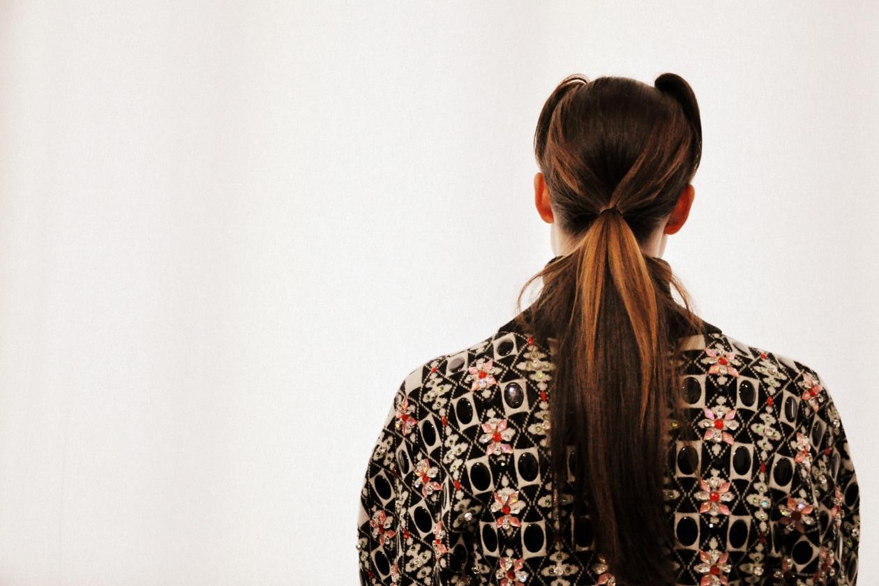 I capelli sono raccolti in una lunga coda