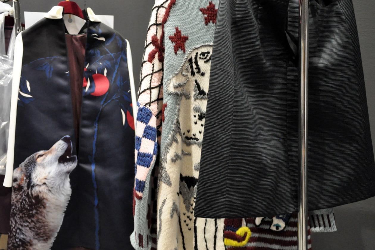 Il lupo protagonista nelle stampe su vestiti e capi spalla
