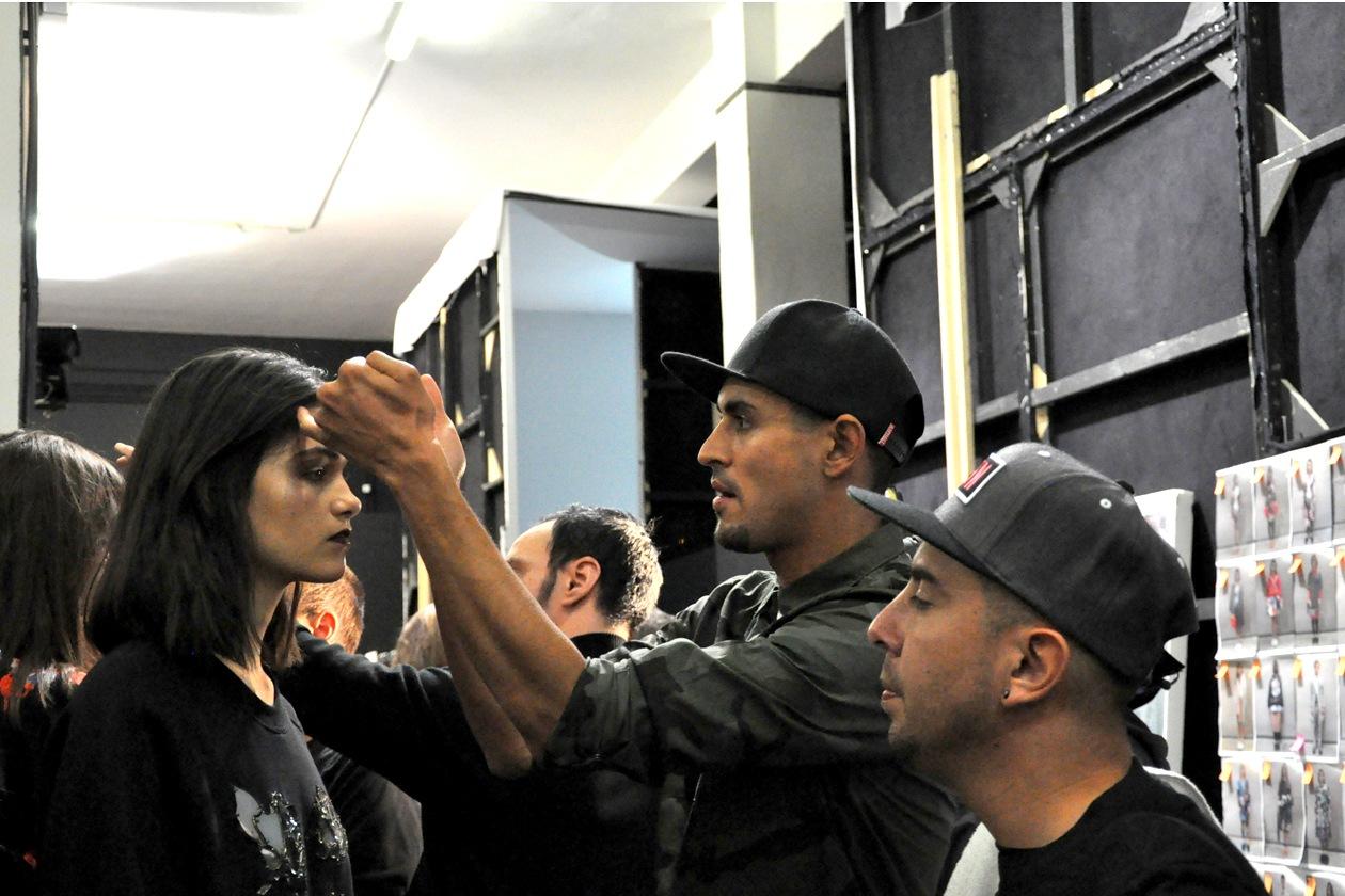 Il make up artist Yadim per MAC Cosmetics alle prese con gli ultimi ritocchi