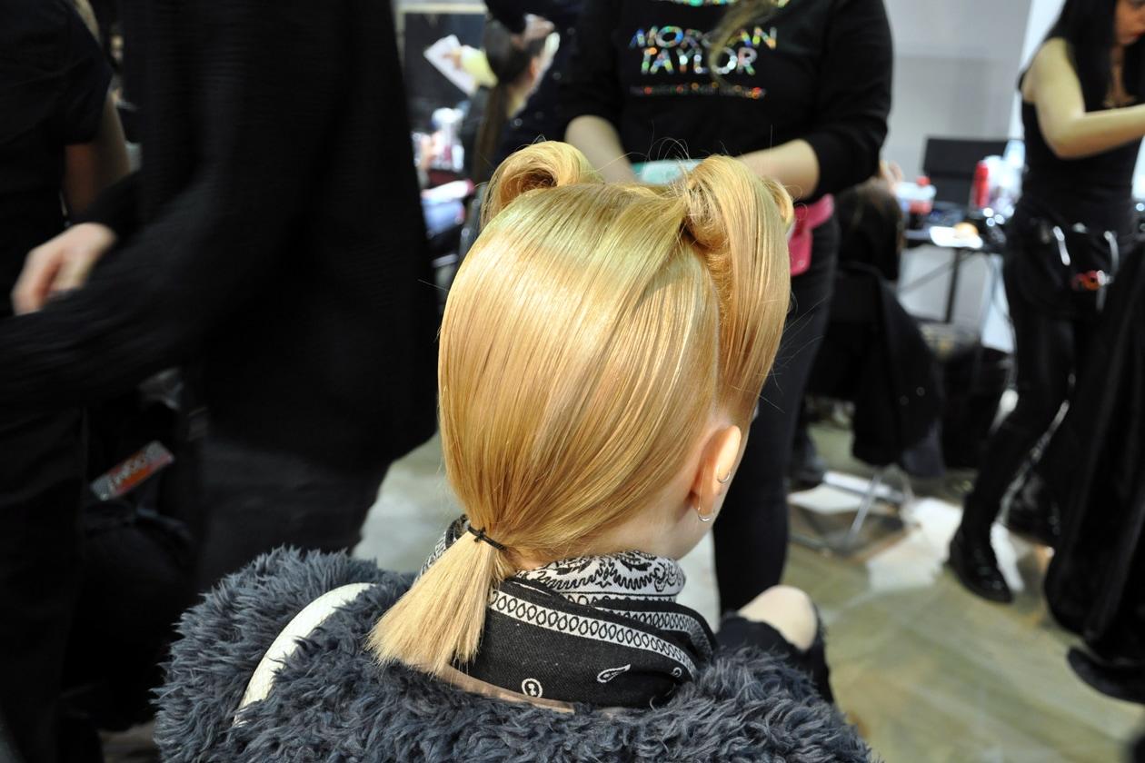 L'hair stylist ha raccolto i capelli delle modelle in modo da imitare la forma delle orecchie del lupo