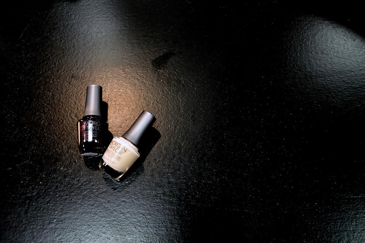 Le due nuance di smalto Morgan Taylor: State of Mind, una base nera con glitter multicolor, per le mani e In The Nude per i piedi
