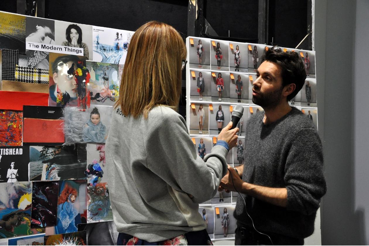 Lo stilista Massimo Giannini durante un'intervista nel backstage