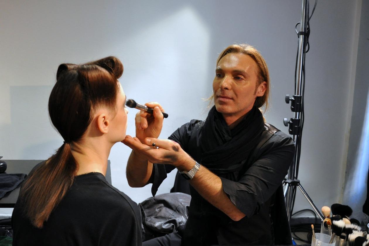 Michele Magnani, senior make up artist MAC, alle prese con il trucco nel backstage