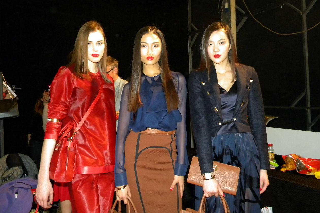 Pronte per la sfilata (al centro la modella Yulia Saparniiazova)