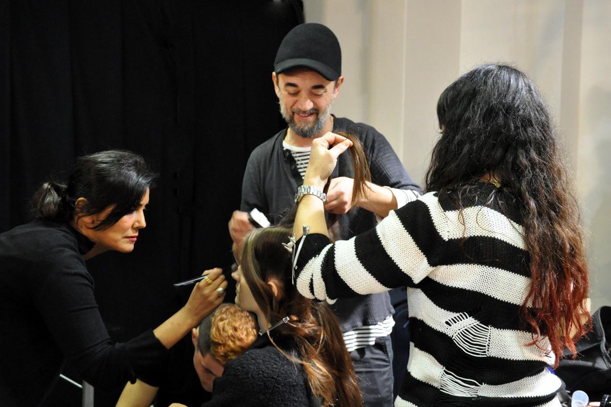 Punto forte del look è l'hair styling curato da Eugene Souleiman