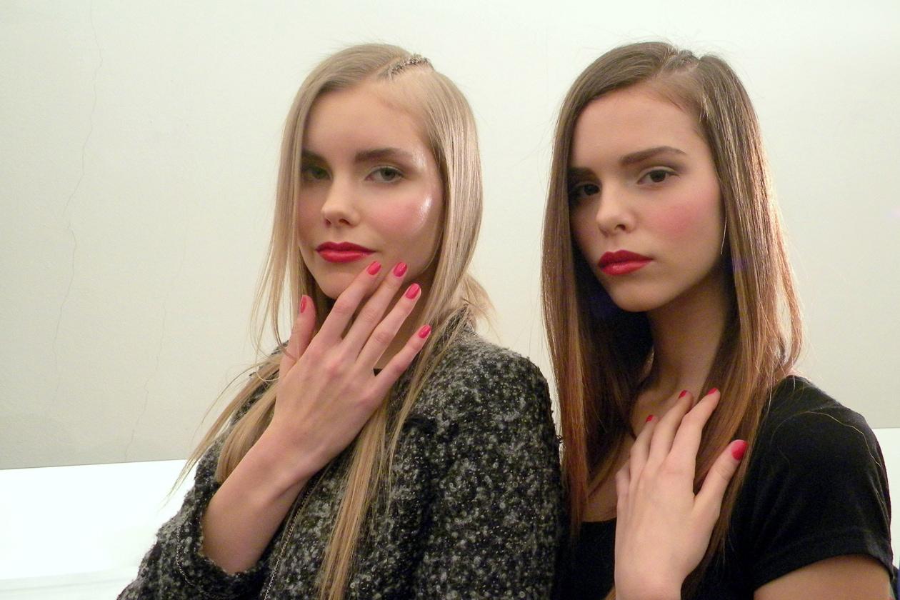 Red fever nel backstage della sfilata autunno/inverno 2014-15 di Aigner (nella foto le modelle: Sanna Rytila e Boglarka Hornyak)