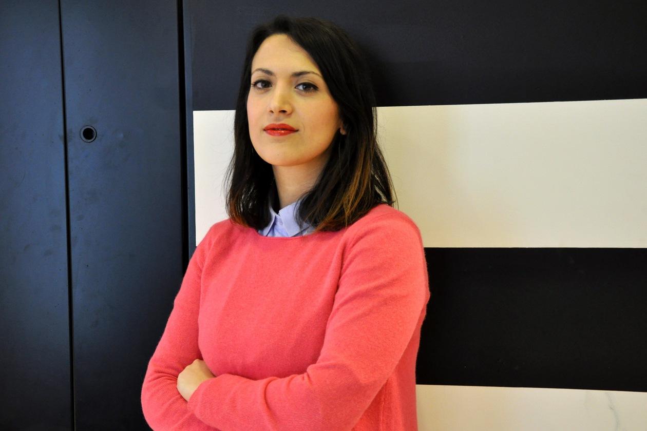 Roberta Bellitto, marketing Grazia.IT, posa dopo il trucco: focus sulle labbra con un colore very trendy