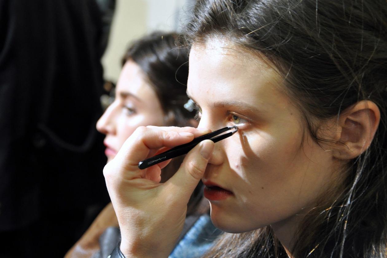 Una Rosa Swaroski sotto l'occhio rappresenta una lacrima sintetica
