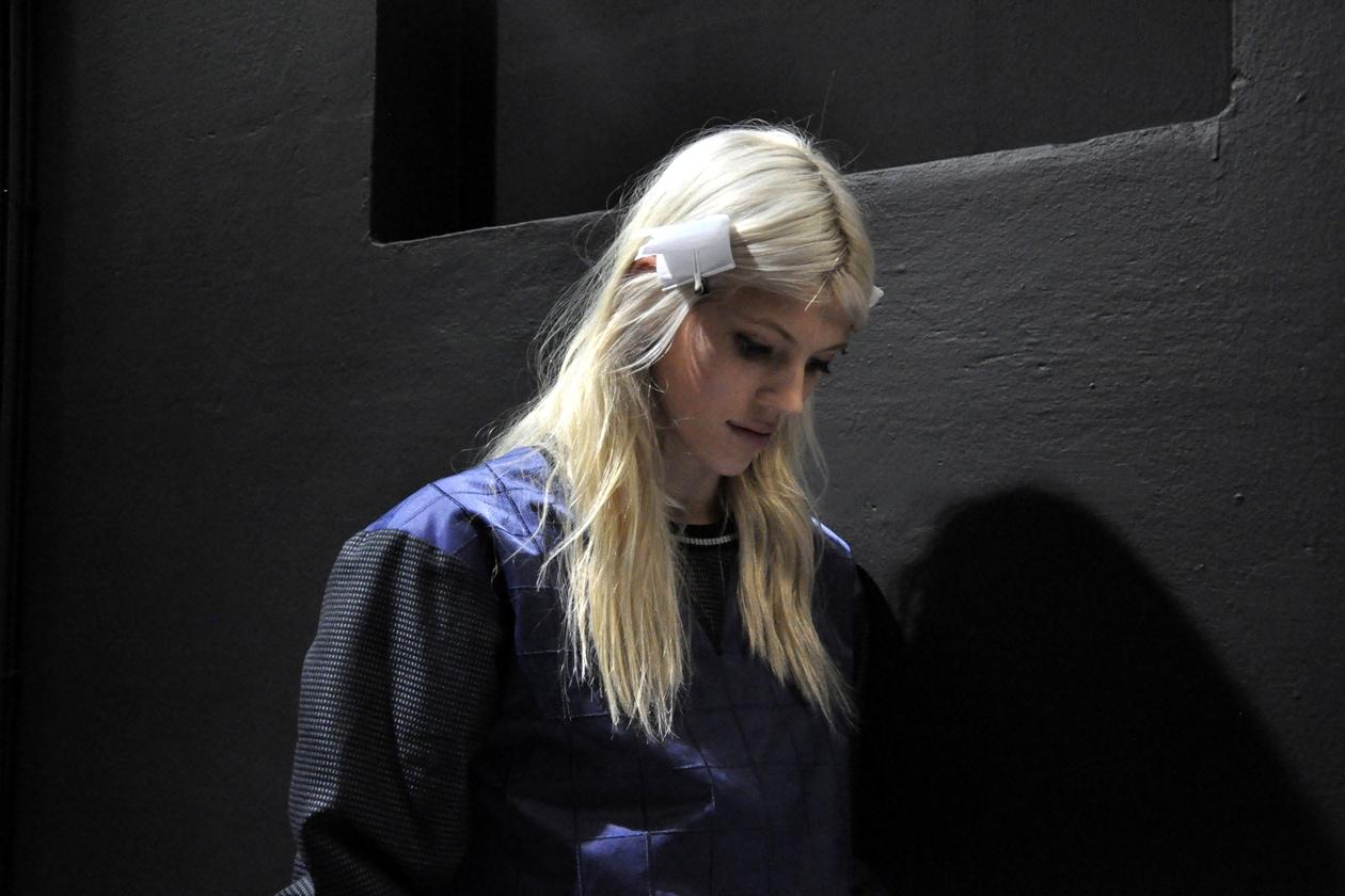 Una modella durante le prove