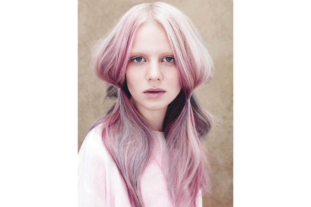 Hairlook unconventional ma elegante nella tonalità pastello arricchita da ciocche viola scuro