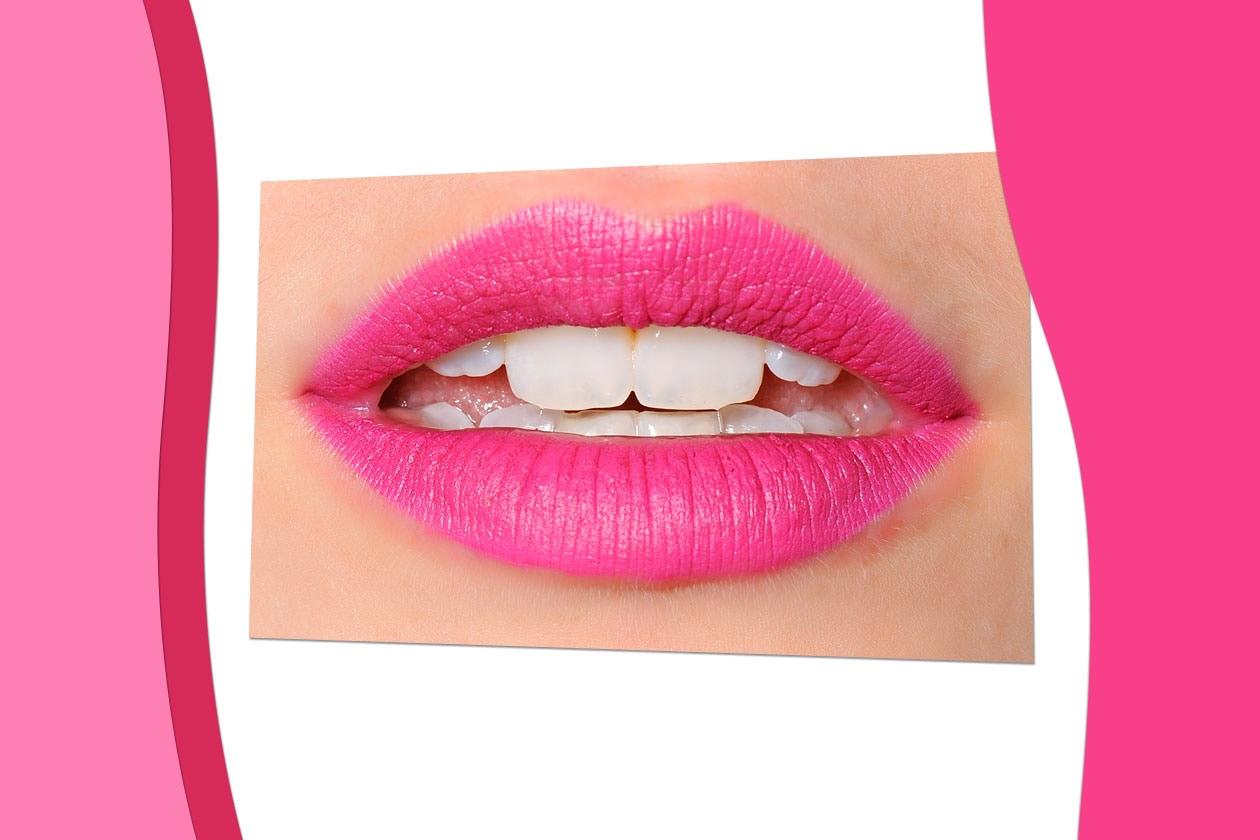 PINK ATTITUDE: il rosa – soprattutto nella versione più pinky – colora le palpebre, le gote e il sorriso (Maria Grachvogel)