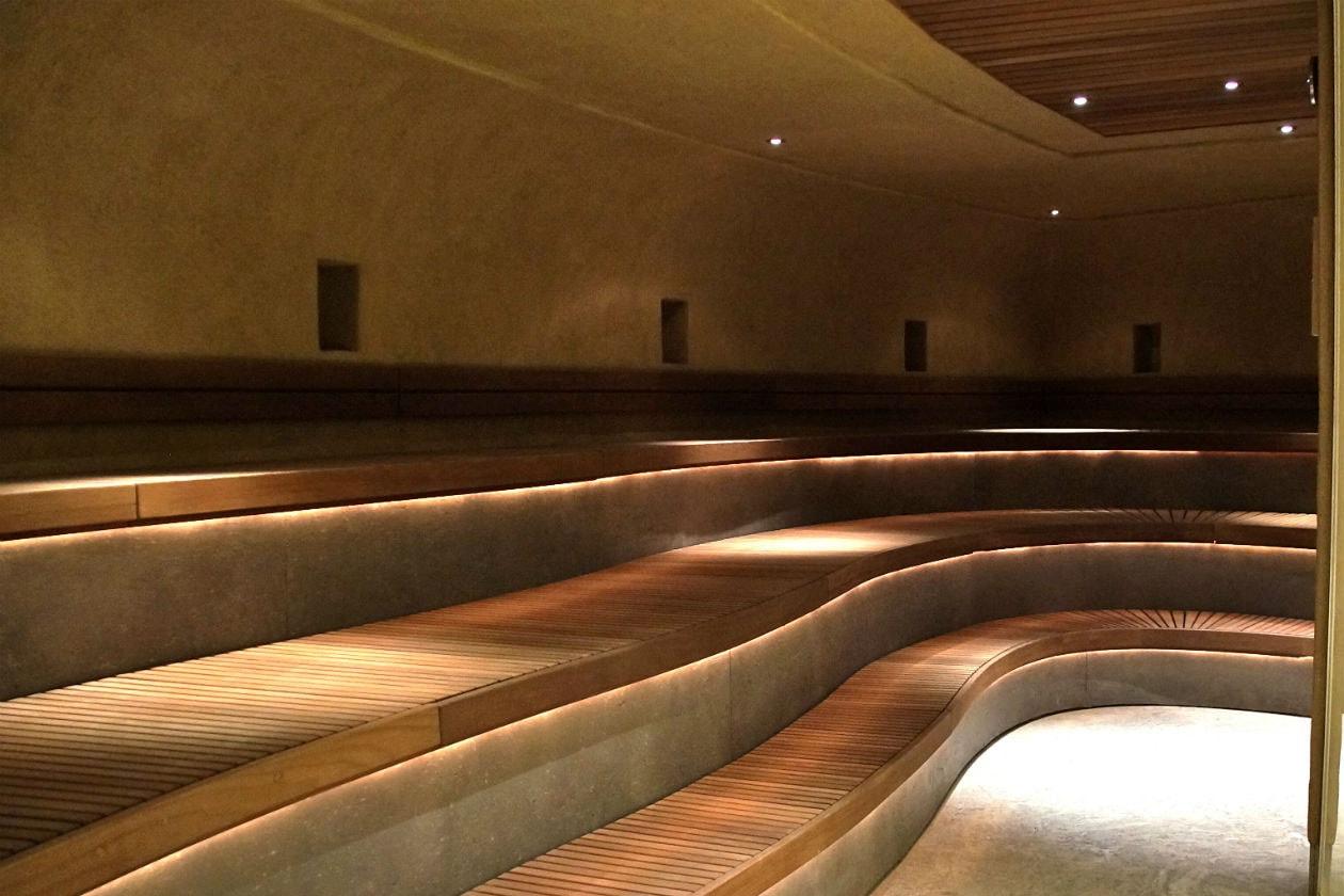 Dopo aver beneficiato del caldo a 70°C nella sauna dell'argilla presso la Splash & Spa, fate una doccia fredda per attivare la circolazione