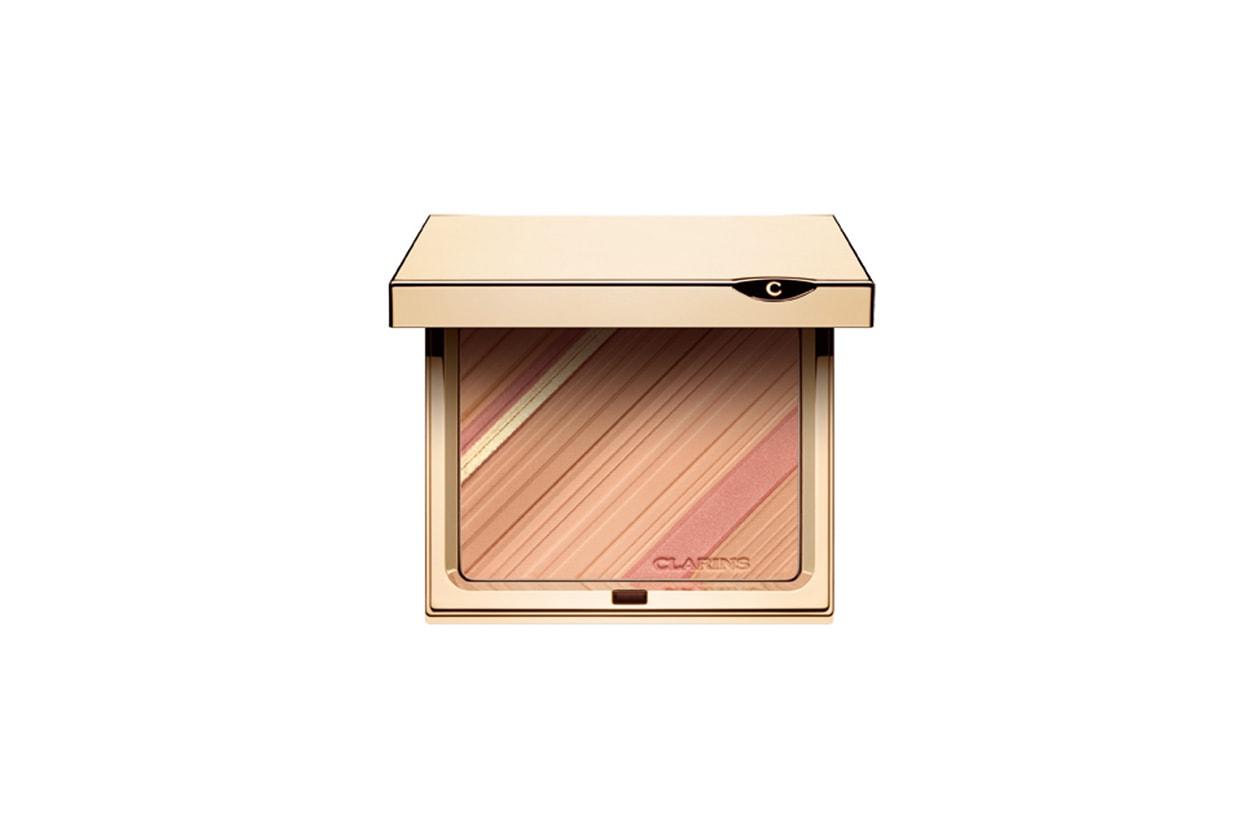La Graphic Expression Poudre Teint et Blush di Clarins è una cipria formata da 3 tinte che illuminano, uniformano e definiscono