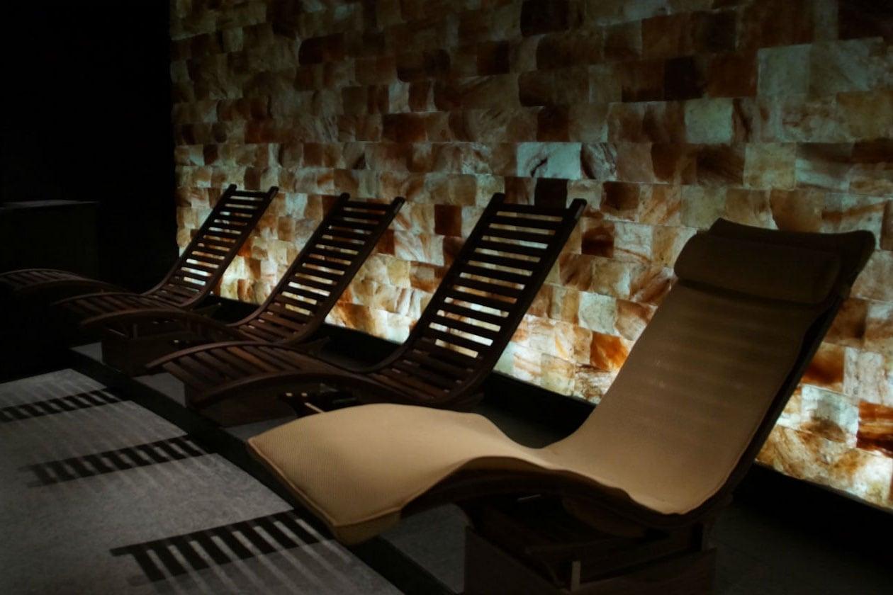 La Sala del Sale presso Splash&SPA dove rilassarsi tra pareti rosse e arancioni