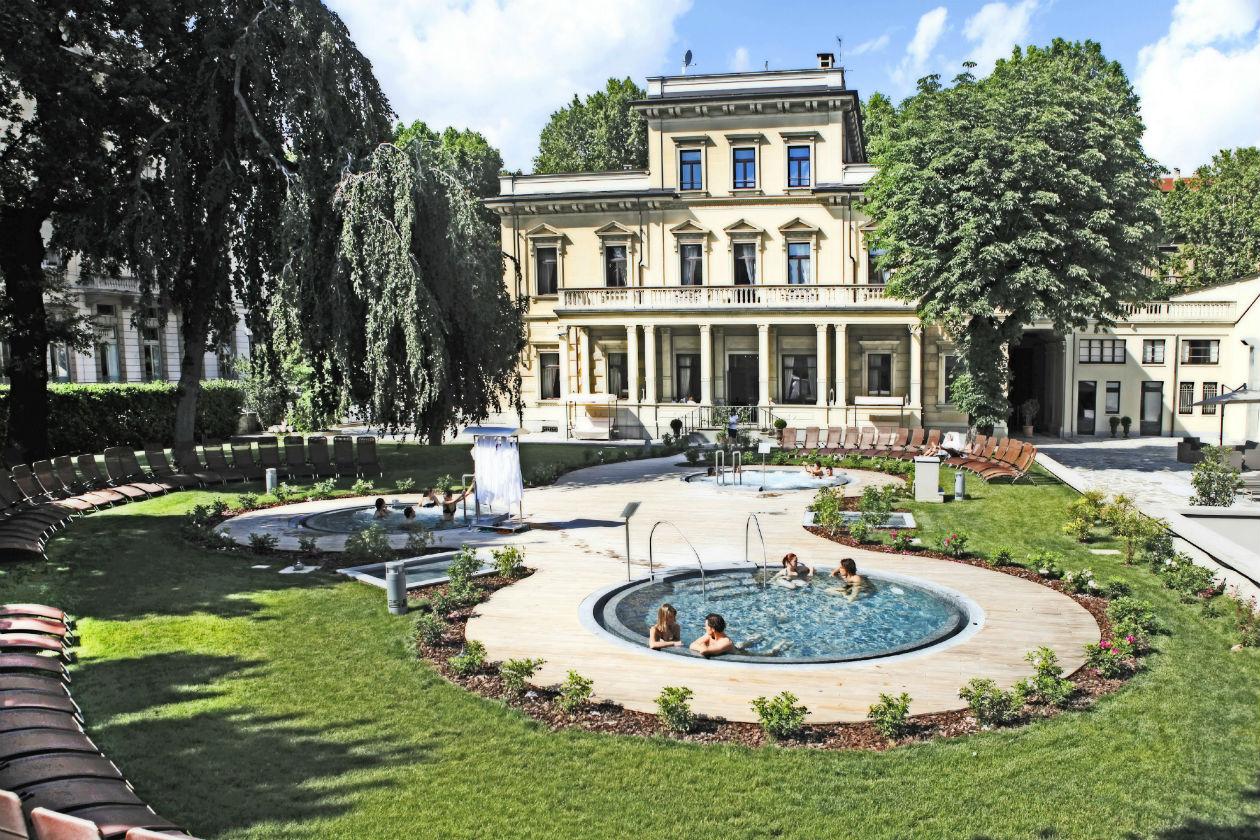 La piscina esterna della spa QC Termetorino di Torino durante una giornata di sole