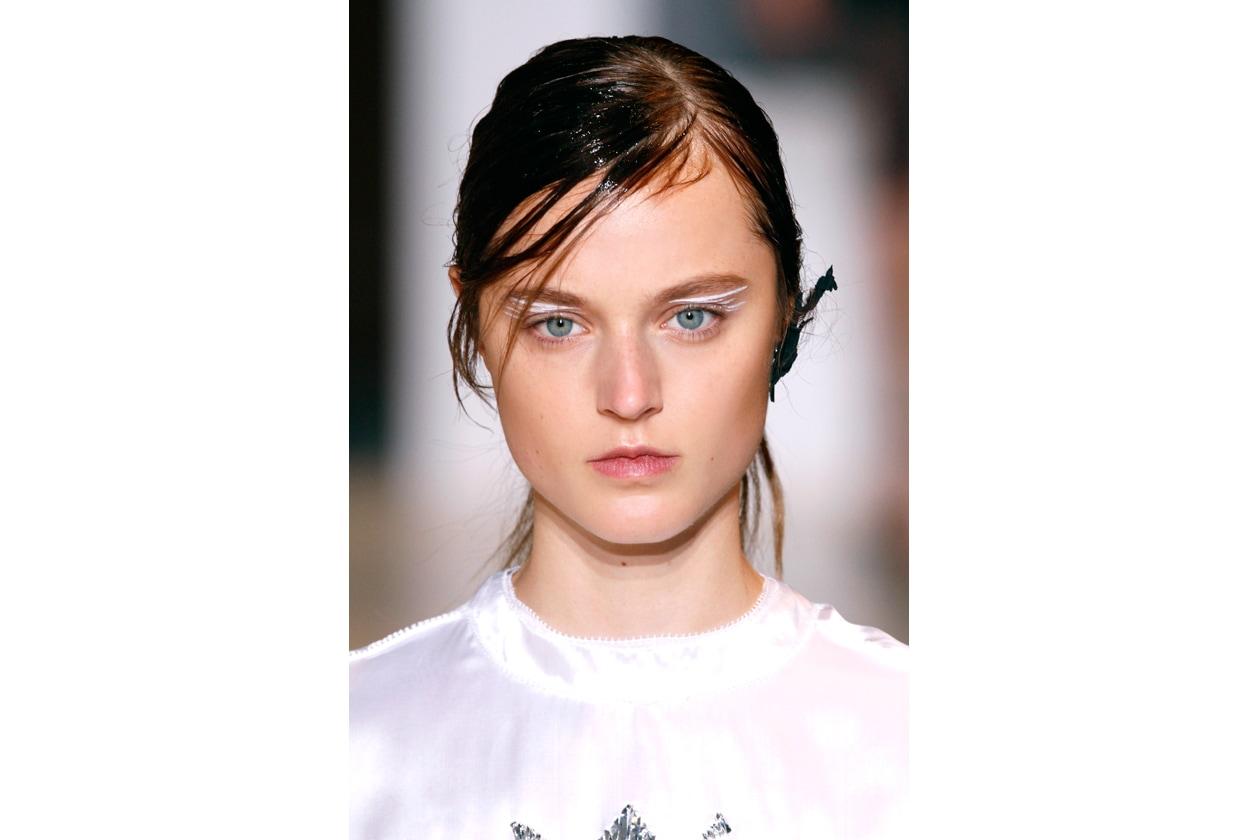 La tendenza vuole mascara ridotto ai minimi termini e ciglia spazzolate ma non protagoniste (Masha Ma)