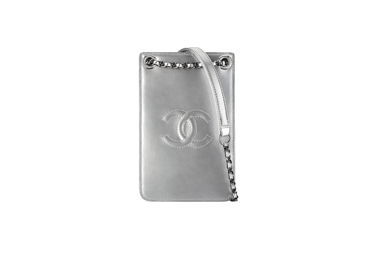 A92304 Silver patent leather phone holder Porte téléphone argenté en cuir verni