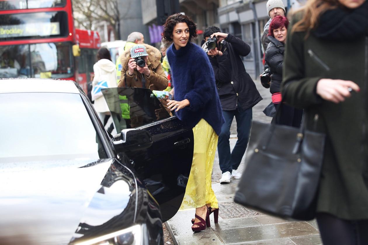 london street style yasmin sewell gonna giallo sandali hg temp2 l full l