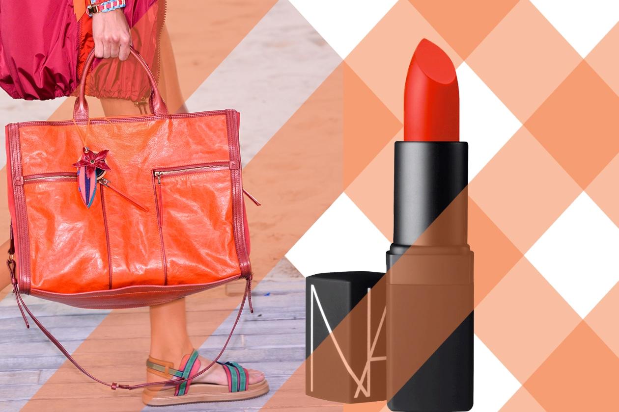 Abbinare il lipstick all'outift o a un accessorio è la scelta giusta quando si vuole un make up che punta tutto sulle labbra (Tommy Hilfiger – Nars)