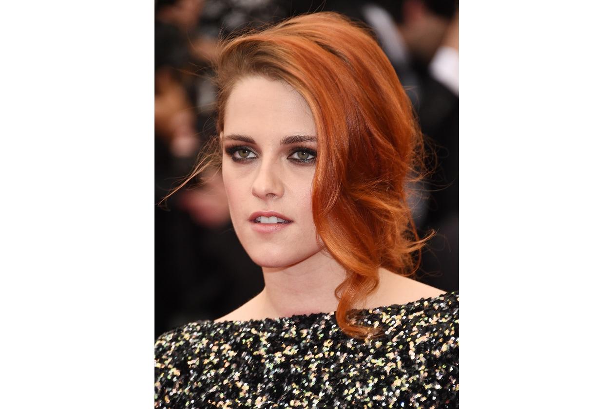 Accenti dark per Kristen Stewart: il trucco che enfatizza lo sguardo è il suo pezzo forte