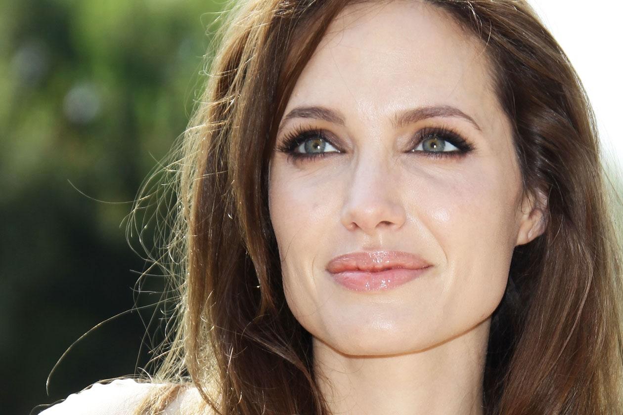 Angelina ama gloss e lipstick sui toni rosa e nude (2011)