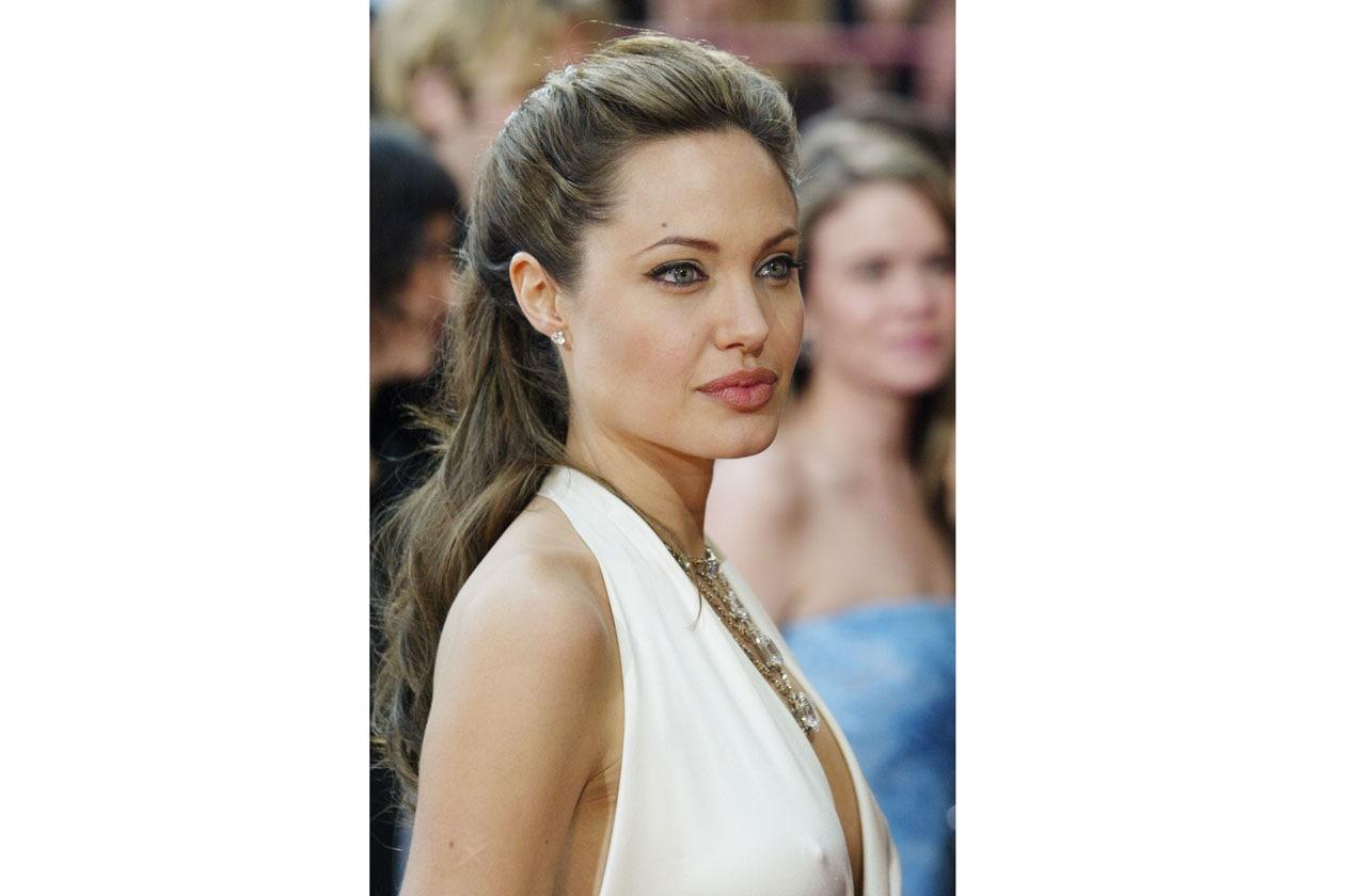 Angelina comincia a sperimentare morbidi raccolti per i suoi lunghissimi capelli (2004)