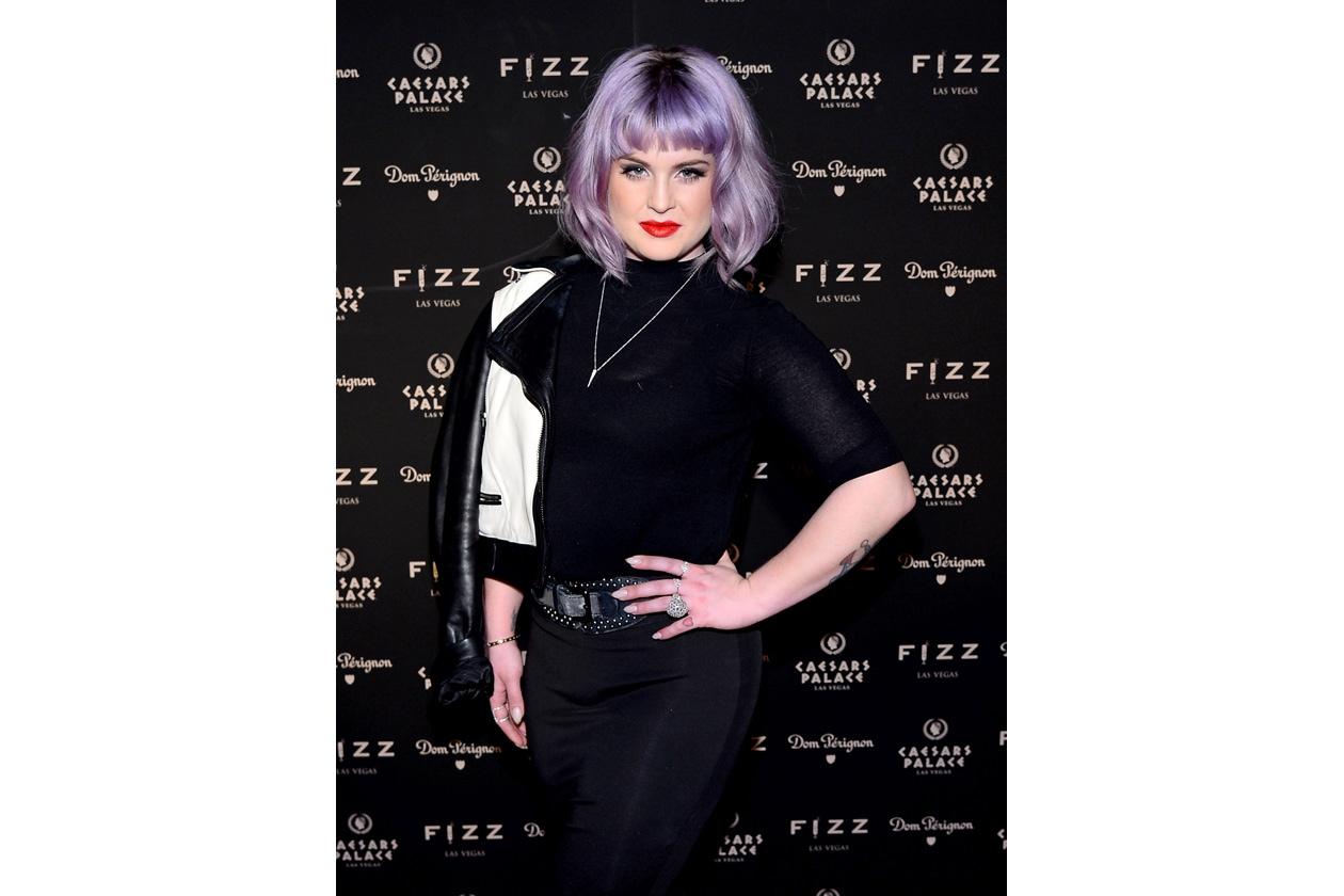 Chioma viola e labbra rosso fuoco: il look di Kelly Osbourne è da copiare!
