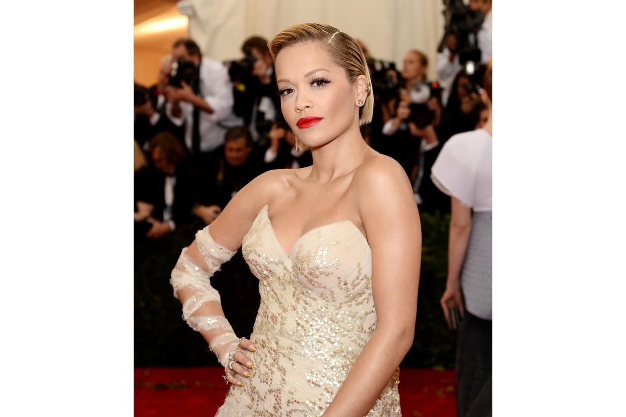 Cremoso e brillante il finish del lipstick di Rita Ora con un trucco all'altezza della situazione (a differenza del look)