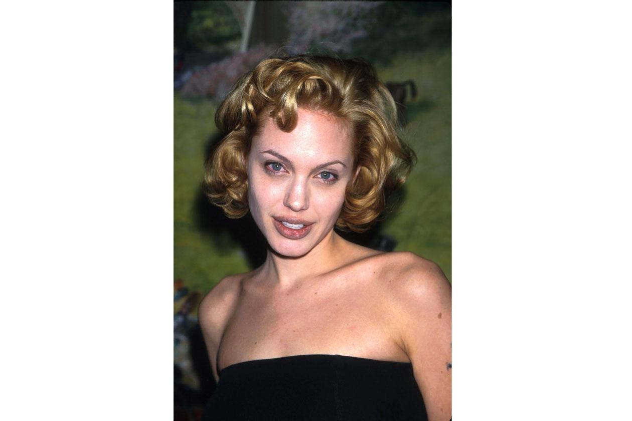 È il 1999 e Angelina Jolie sfoggia boccoli biondi
