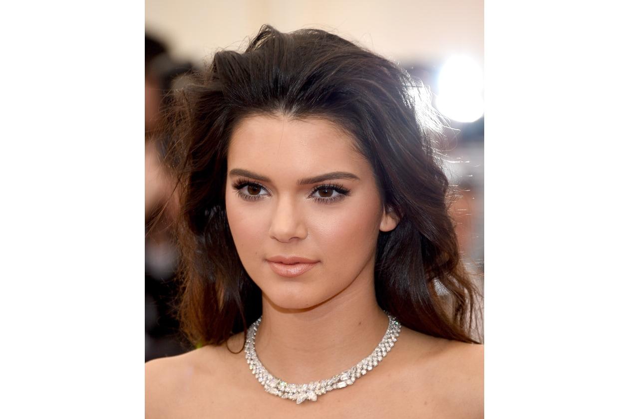 Kendall Jenner: pelle glow ed eyeliner nero