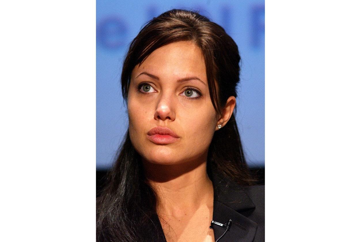 L'impegno sul fronte del volontariato si fa sentire: l'attrice preferisce un look naturale e un taglio classico