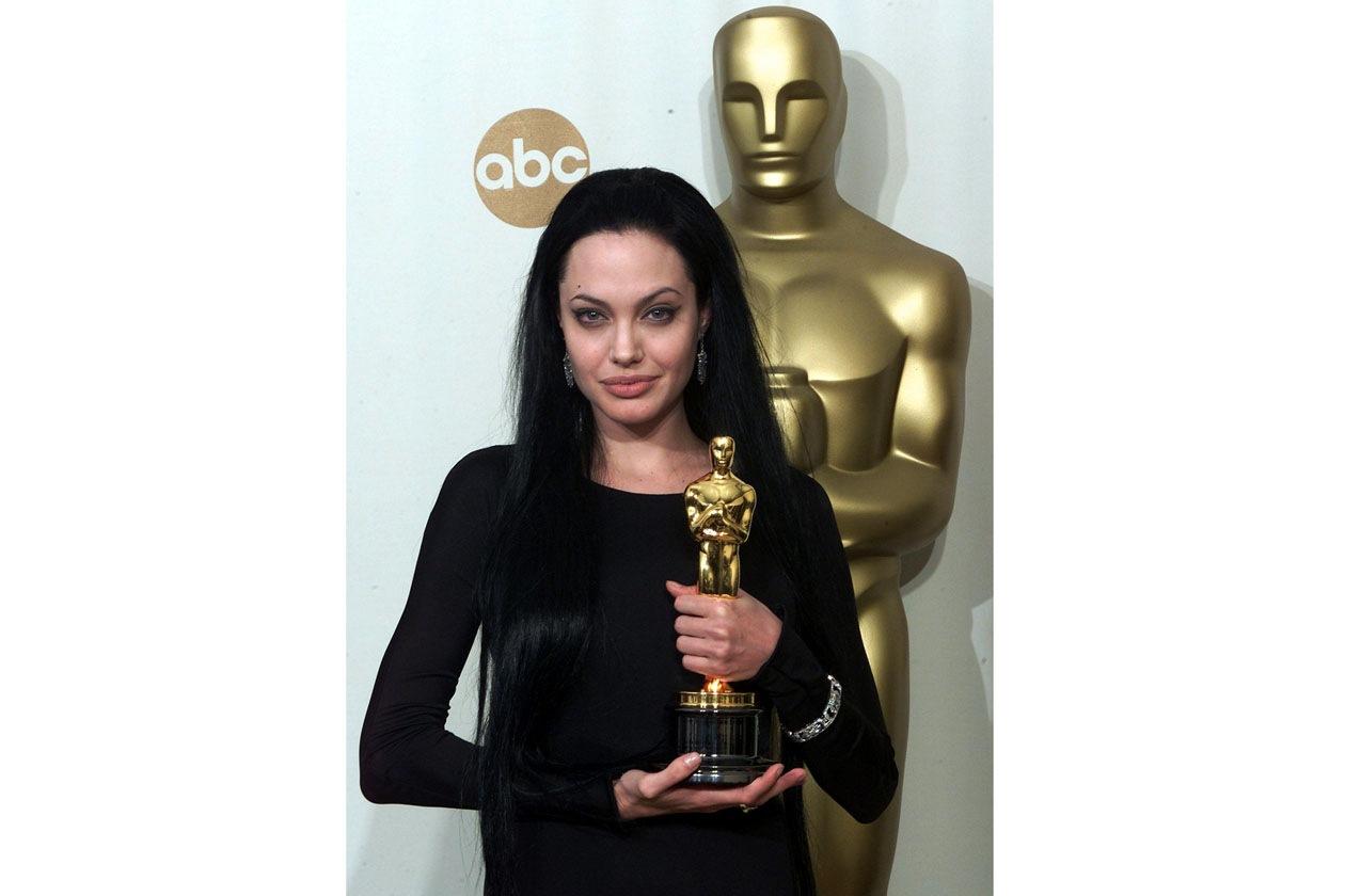"""Look dark alla cerimonia di consegna dell'Oscar per il ruolo interpretato in """"Ragazze Interrotte"""""""