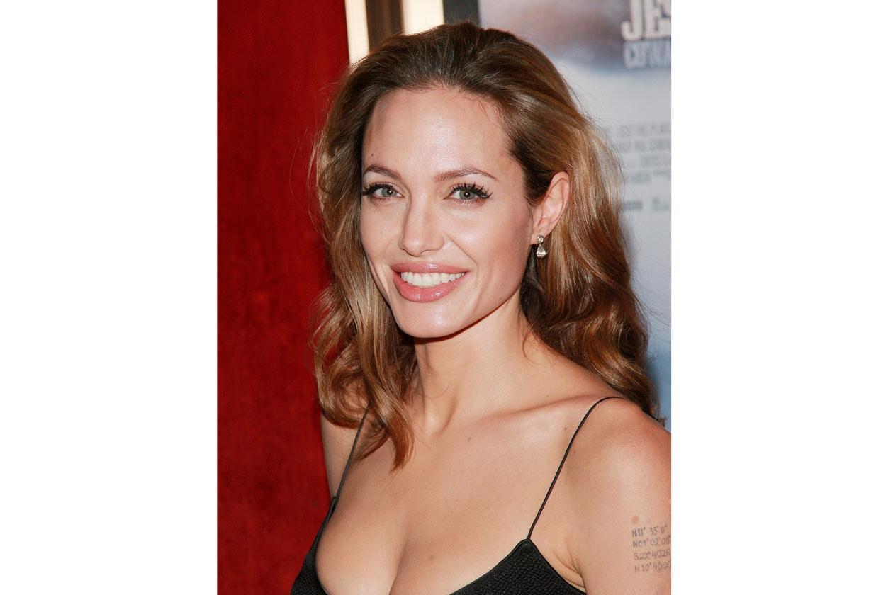 Nel 2007 la chioma diventa più chiara: Angelina sembra addirittura più giovane