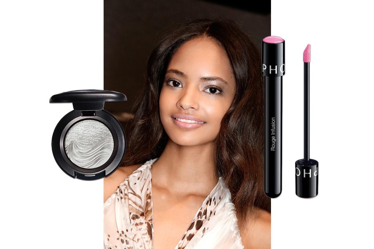 OMBRETTO GRIGIO SHIMMER E ROSSETTO ROSA: look dalla sfilata di Blumarine. Make up: MAC Cosmetics – Sephora