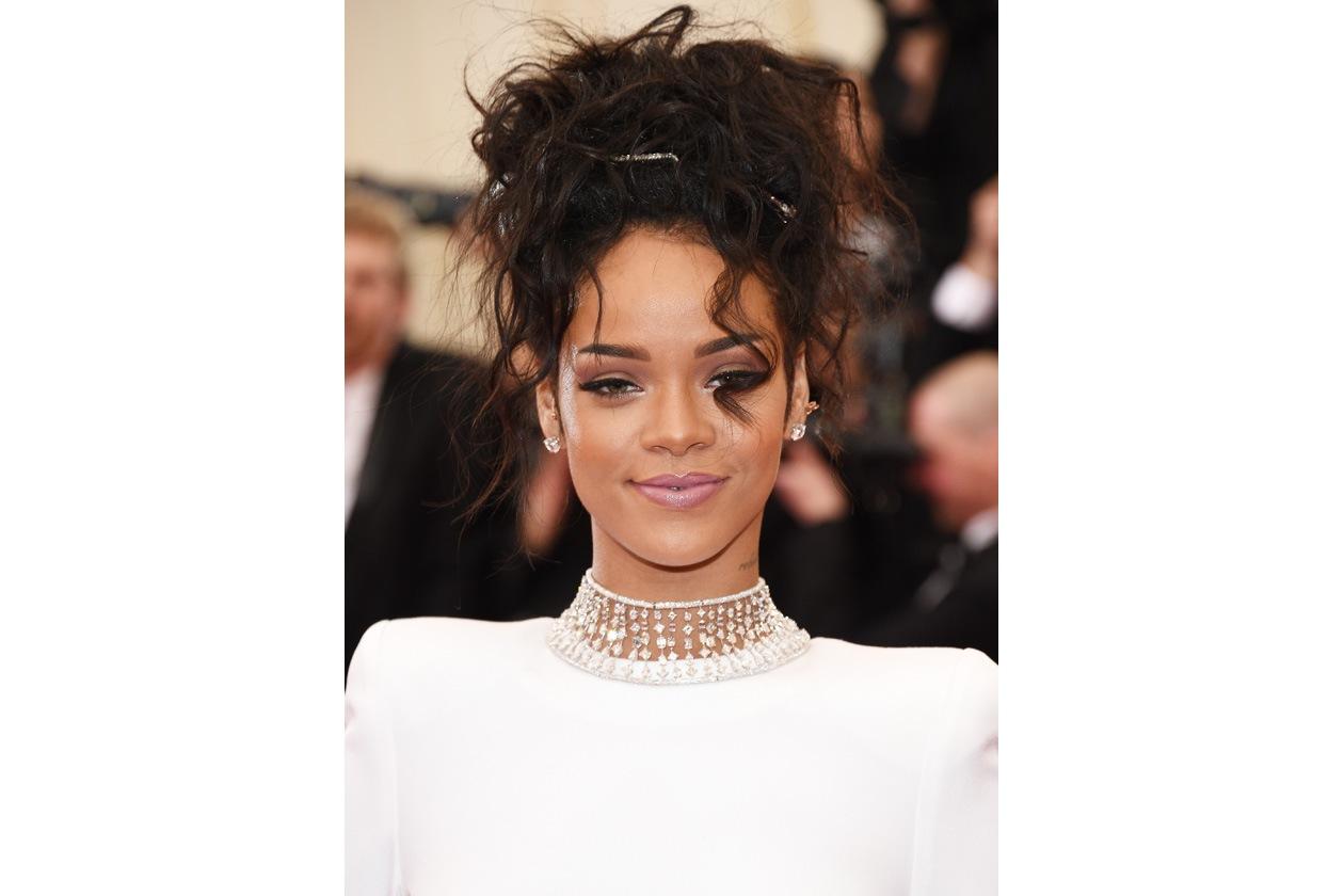 Rihanna: beauty look a tutto rosa