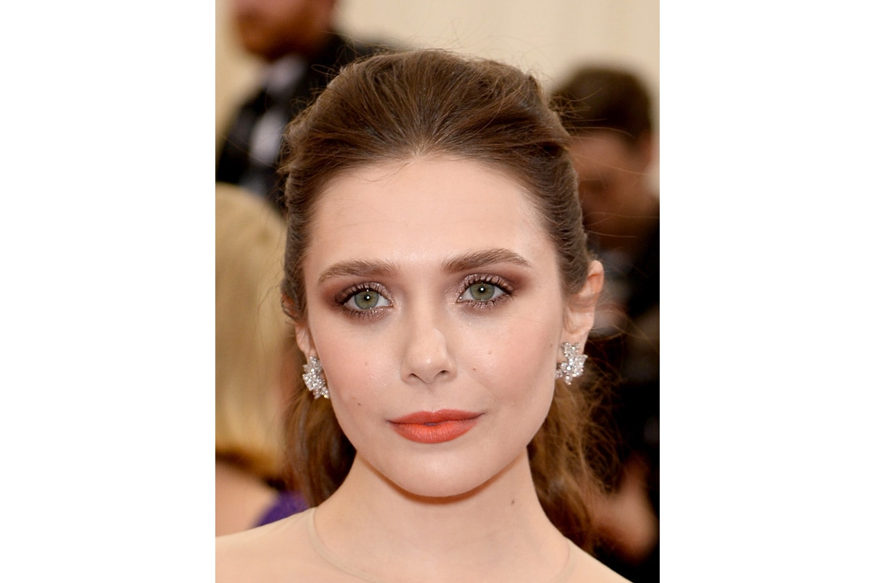 Smokey eyes sui toni del marrone per Elizabeth Olsen