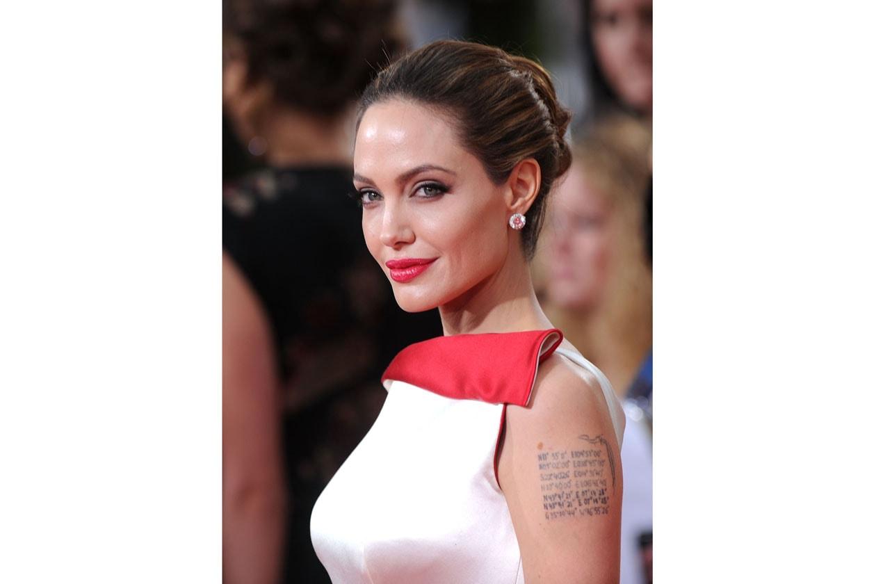 Uno dei migliori look sfoggiati da Angelina Jolie: il rossetto è abbinato al long dress (2012)