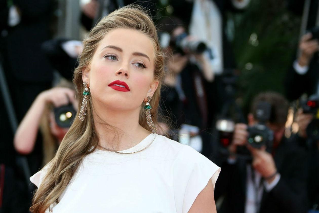 L'attrice americana sceglie un finish matt mentre il resto del make up è molto naturale
