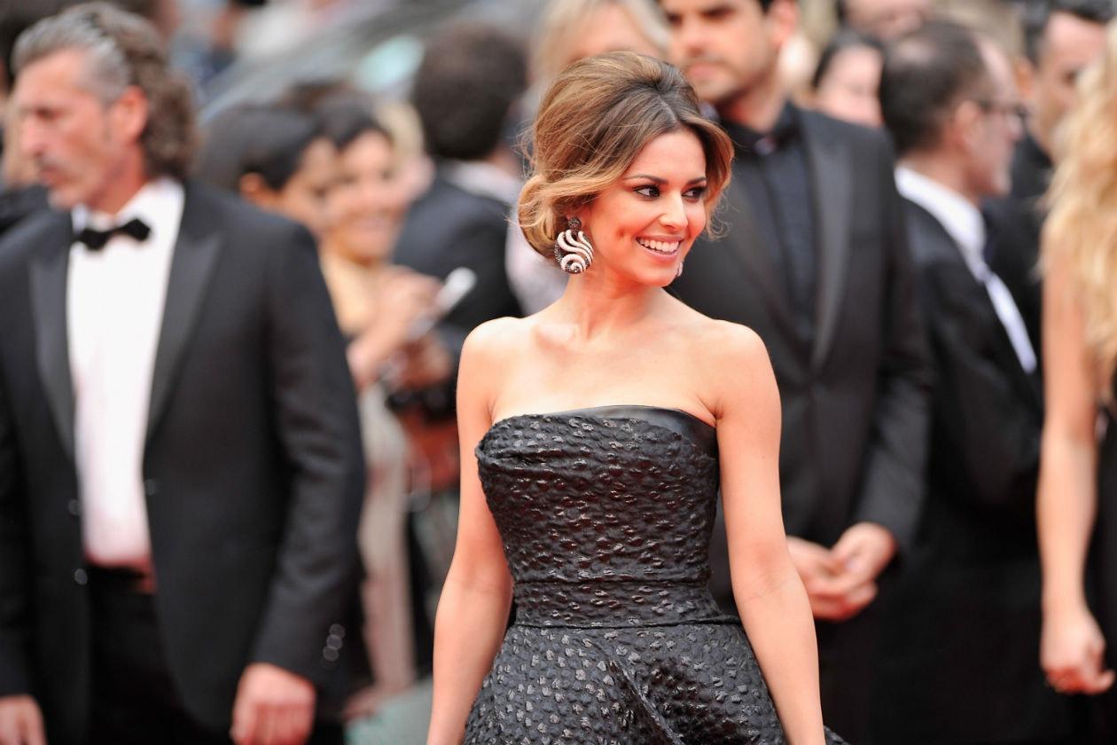 Cheryl Cole: un raccolto lady like con una riga centrale. In armonia con il look