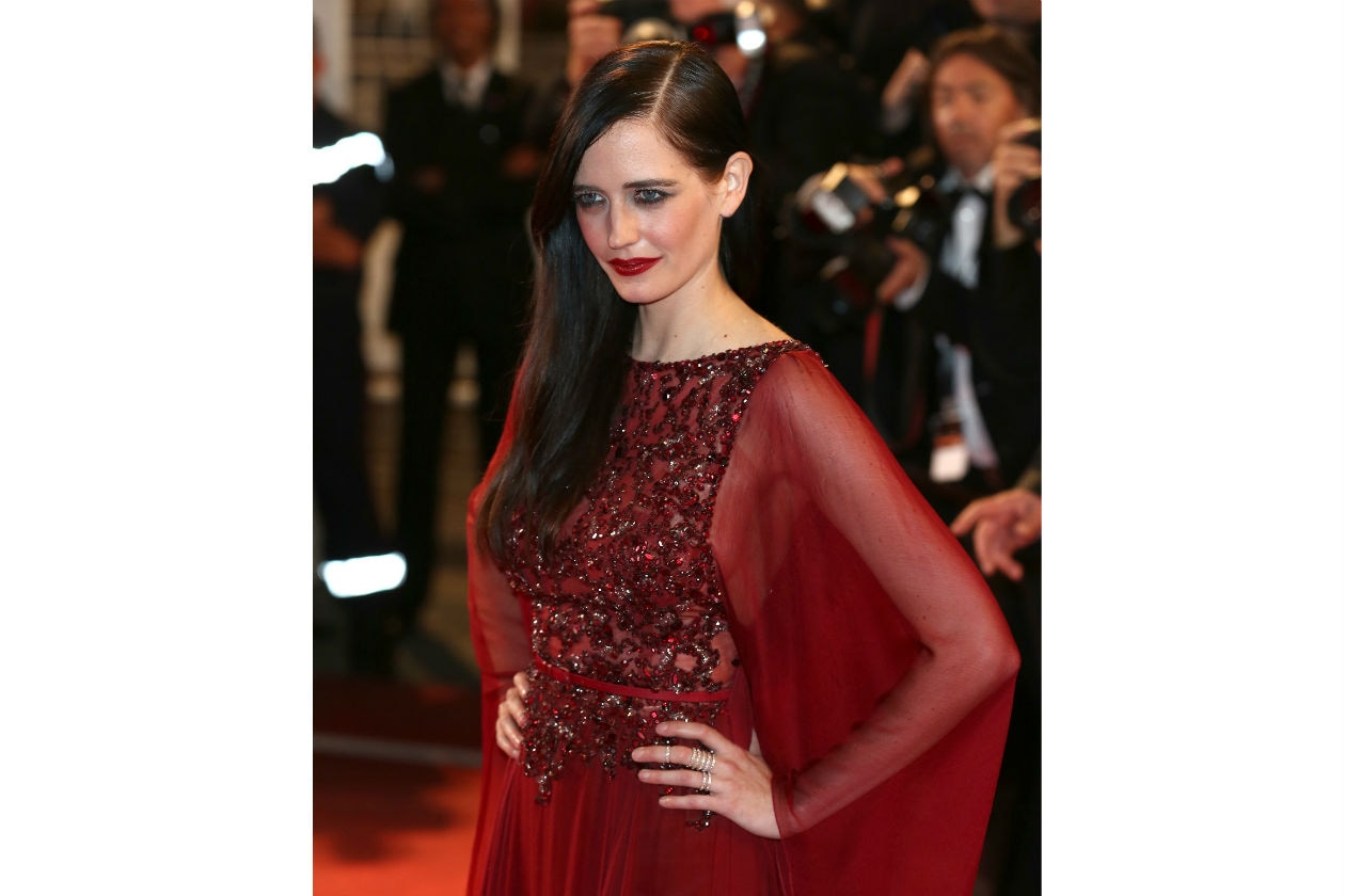 Eva Green: chioma di lato e look totally red per la serata