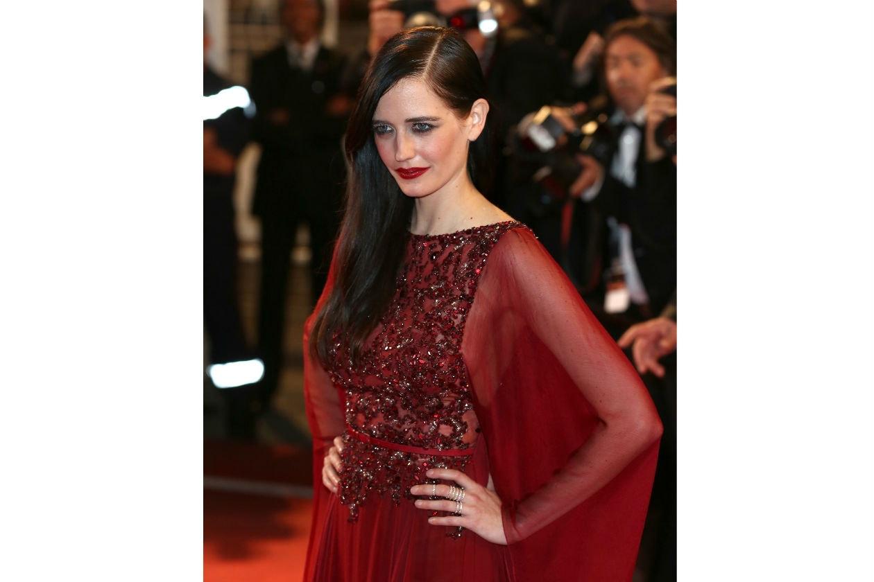 Eva Green: chioma di lato e look totally red per la serata