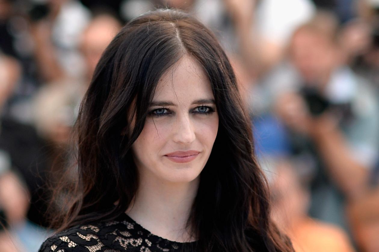 Di giorno il make up di Eva è focalizzato sugli occhi: lo sguardo è magnetico