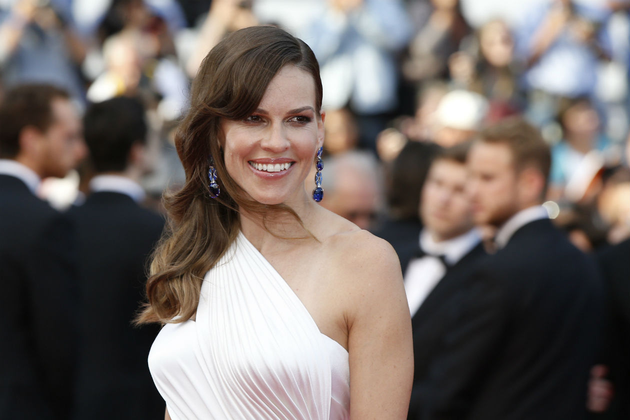 È il red carpet dei raccolti di lato: 10 e lode per Hilary Swank